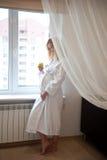 Ventana cercana embarazada Foto de archivo libre de regalías