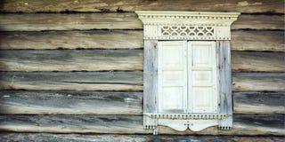 Ventana cerrada en casa abandonada Marco de madera Imagenes de archivo