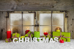 Ventana clásica de la Navidad con las velas y los presentes para Navidad Fotografía de archivo