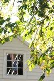 Ventana colonial de la casa en caída Imagen de archivo libre de regalías