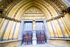 ventana color de rosa en puerta vieja de la iglesia de Londres y pared antigua del mármol Imágenes de archivo libres de regalías