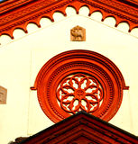 ventana color de rosa Italia Lombardía en la iglesia vieja b del barza Foto de archivo
