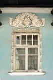 Ventana con bajorrelieves y moldeado en estilo antiguo Foto de archivo libre de regalías