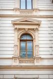 Ventana con el modelado hermoso y columnas de la arquitectura foto de archivo libre de regalías