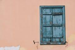 Ventana con el obturador azul imagen de archivo
