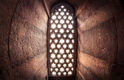 Ventana con el sunglow en Qutub Minar foto de archivo