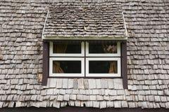 Ventana con el tejado de madera Foto de archivo libre de regalías
