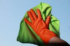 Ventana con guantes de la limpieza de la mano con el trapo Fotografía de archivo libre de regalías