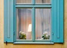 Ventana con la lámpara y la flor Foto de archivo libre de regalías