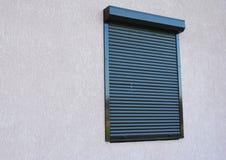 Ventana con la persiana enrrollable foto de archivo