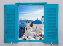 Ventana con la vista de la caldera y de la iglesia, Santorini Foto de archivo libre de regalías