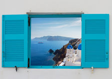 Ventana con la vista de la caldera y de la iglesia, Santorini Fotos de archivo libres de regalías