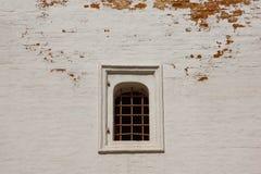 Ventana con las barras de hierro en la pared de ladrillo Foto de archivo libre de regalías