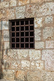 Ventana con las barras de hierro oxidadas Imagenes de archivo