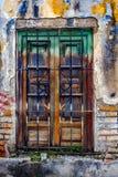 Ventana con las barras en el edificio abandonado viejo Imagen de archivo