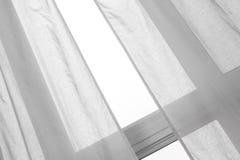 Ventana con las cortinas blancas Fotos de archivo libres de regalías