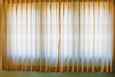 Ventana con las cortinas rayadas coloridas, cierre del sitio para arriba Imagen de archivo libre de regalías