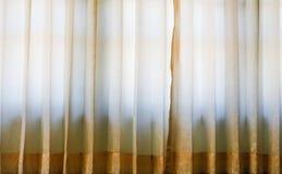 Ventana con las cortinas rayadas coloridas, cierre del sitio para arriba Fotos de archivo libres de regalías