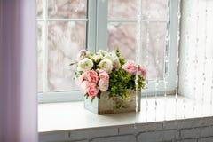 Ventana con las cortinas y las flores fotografía de archivo