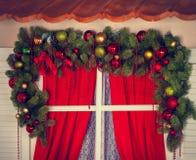 Ventana con las decoraciones de la Navidad Imagen de archivo