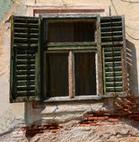 Ventana con los obturadores de madera viejos Foto de archivo