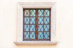 ventana con una parrilla del medieval-estilo fotos de archivo libres de regalías
