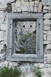 Ventana cuadrada en una pared pedregosa de ruinas viejas en Eslovenia Imágenes de archivo libres de regalías