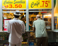 Ventana cubana de la calle del café Foto de archivo