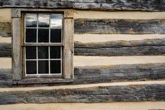 Ventana de cabaña de madera Fotos de archivo libres de regalías