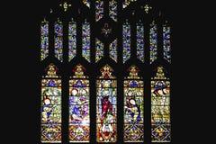 Ventana de cristal colorida con diseños del arte en una iglesia imagen de archivo libre de regalías