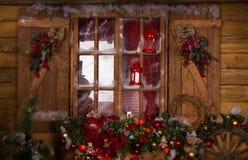 Ventana de cristal con los ornamentos de la Navidad Imágenes de archivo libres de regalías
