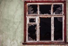 Ventana de cristal rota con el viejo marco de madera Imágenes de archivo libres de regalías