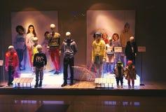 Ventana de exhibición de H&M en la alameda en Bucarest Fotografía de archivo libre de regalías