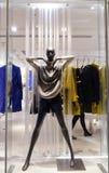 Ventana de exhibición del boutique con el maniquí negro Fotografía de archivo