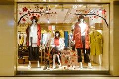 Ventana de exhibición del boutique de la moda con los maniquíes foto de archivo libre de regalías