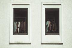 Ventana de exhibición de la moda del boutique en tienda fotos de archivo libres de regalías