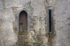 Ventana de la atalaya del castillo y lazo de la flecha del tiro al arco Fotos de archivo