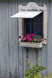 Ventana de la cabaña con el rectángulo de la flor Fotos de archivo libres de regalías