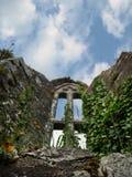 Ventana de la capilla en ruinas de la abadía en Irlanda Imágenes de archivo libres de regalías