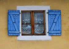 Ventana de la casa con las persianas Imagen de archivo
