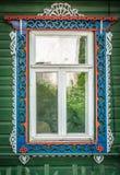 Ventana de la casa de madera rusa tradicional vieja. Imagenes de archivo
