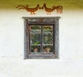 Ventana de la casa ucraniana tradicional vieja Imagen de archivo libre de regalías