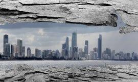 Ventana de la corteza de árbol a la ciudad de Gold Coast Imagen de archivo