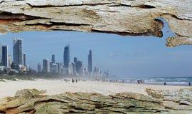 Ventana de la corteza de árbol a la ciudad y a la playa de Gold Coast Fotografía de archivo