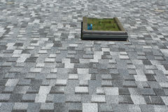 Ventana de la instalación en las nuevas tablas del asfalto del tejado Nueva casa bajo construcción fotografía de archivo