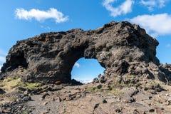 Ventana de la lava en Dimmuborgir, área de Myvatn - Islandia Imagen de archivo libre de regalías