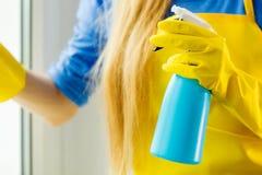 Ventana de la limpieza de la mano en casa usando el trapo detergente Fotos de archivo libres de regalías