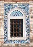 Ventana de la mezquita de Konak Camii Imagen de archivo libre de regalías