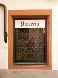Ventana de la pizzería del exterior Foto de archivo libre de regalías