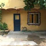 Ventana de la puerta y del mosaico en Sayulita México fotografía de archivo